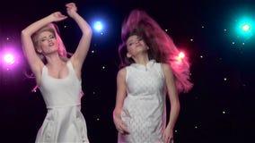 Танцы женщины перед светами стиля диско движение медленное акции видеоматериалы