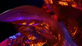 Танцы женщины с золотыми крылами акции видеоматериалы