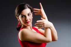 Танцы женщины танцуют в красном платье Стоковые Фотографии RF