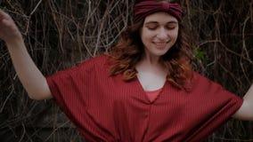 Танцы женщины hippie свободного духа богемские видеоматериал