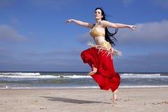 Танцы живота на пляже Стоковые Изображения RF
