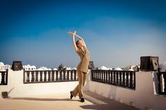 Танцы йоги женщины практикуя Стоковые Изображения RF