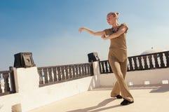 Танцы йоги женщины практикуя Стоковое Изображение RF