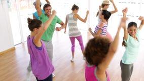 Танцы класса Zumba в студии видеоматериал