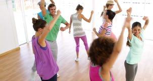 Танцы класса Zumba в студии акции видеоматериалы