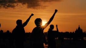 Танцы людей на заходе солнца сток-видео