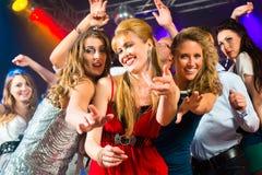 Танцы людей партии в клубе диско Стоковое фото RF