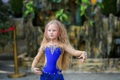 Танцы маленькой девочки в сини стоковая фотография rf