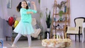 Танцы маленькой девочки на предпосылке торта акции видеоматериалы