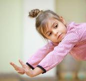 Танцы маленькой девочки стоковое изображение rf