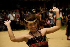 Танцы маленькой девочки во время фестиваля буйвола стоковые фотографии rf