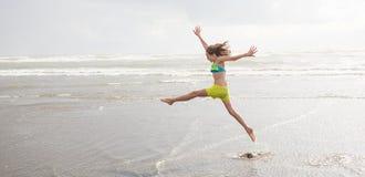 Танцы маленькой девочки на пляже Стоковое Фото