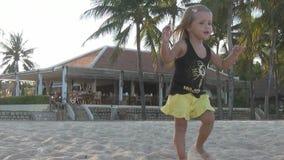 Танцы маленькой девочки на пляже сток-видео
