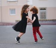 Танцы мальчика и девушки на улице Стоковое Изображение