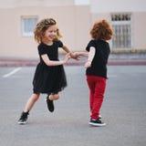 Танцы мальчика и девушки на улице Стоковые Изображения RF