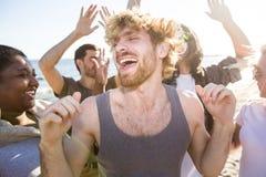 Танцы молодого человека на партии стоковое изображение