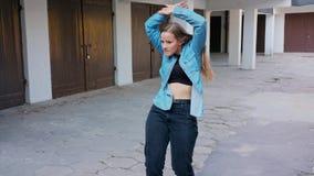 Танцы молодой женщины во дворе сток-видео