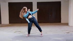Танцы молодой женщины во дворе акции видеоматериалы