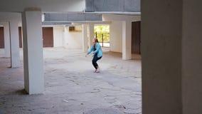 Танцы молодой женщины во дворе видеоматериал