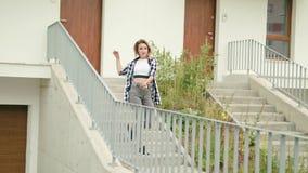 Танцы молодой женщины на лестницах видеоматериал