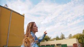 Танцы молодой женщины снаружи видеоматериал