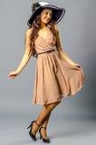 Танцы молодой женщины в винтажных платье и шляпе стоковые изображения