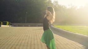 Танцы молодой женщины на квадрате