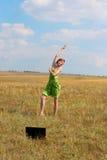 Танцы молодой женщины перед тетрадью Стоковая Фотография RF