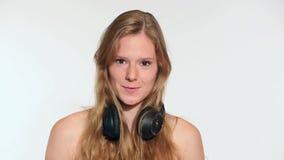 Танцы молодой женщины видеоматериал