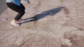 Танцы ног молодой женщины снаружи акции видеоматериалы