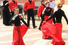 Танцы около небольшого дворца Tsaritsyn в Tsaritsyno, Москве, России стоковая фотография
