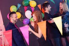 Танцы пар во время партии Стоковые Фотографии RF