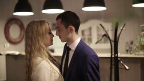 Танцы пар в ресторане движение медленное видеоматериал
