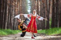 Танцы пар в русском традиционном платье Стоковые Изображения
