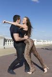 Танцы пар и embraing на улице Стоковое Изображение