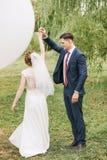 Танцы пар на траве среди деревьев вербы Стоковые Фотографии RF