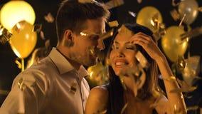 танцы пар Смешанн-гонки под падая confetti на свадебном банкете, торжестве видеоматериал