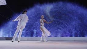 Танцы пар фигуристов на льде с змеями сток-видео