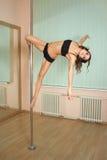 Танцы полюса девушки в студии Стоковая Фотография RF
