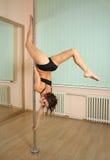 Танцы полюса девушки в студии Стоковое фото RF