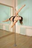 Танцы полюса девушки в студии Стоковые Изображения