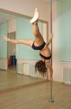 Танцы полюса девушки в студии Стоковая Фотография