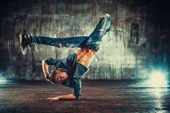 Танцы пролома молодого человека стоковые фотографии rf