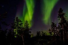 Танцы рассвета в северном небе стоковое изображение