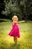 Танцы ребенка в природе Стоковые Фото