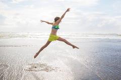 Танцы ребенка на пляже Стоковое фото RF