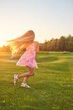 Танцы ребенка на траве Стоковое Изображение
