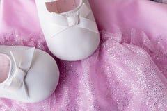 Танцы ребёнка белые обувают около трико Стоковые Изображения RF