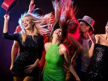 Танцы с людьми группы танцуя и шариком диско Стоковые Изображения RF