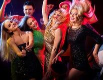 Танцы с людьми группы танцуя и шариком диско Стоковые Фото
